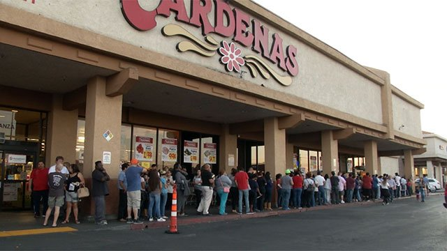 During the early evening, last-minute early voters remained in line at a polling place inside the Cardenas grocery store on Nov. 4, 2016. (Miguel Martinez-Valle/FOX5)