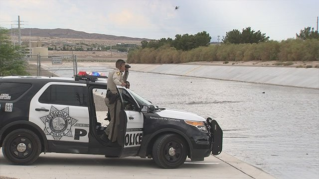 Metro officers assist in search for missing person in east Las Vegas wash on Aug. 4, 2017. (Roger Bryner/FOX5)