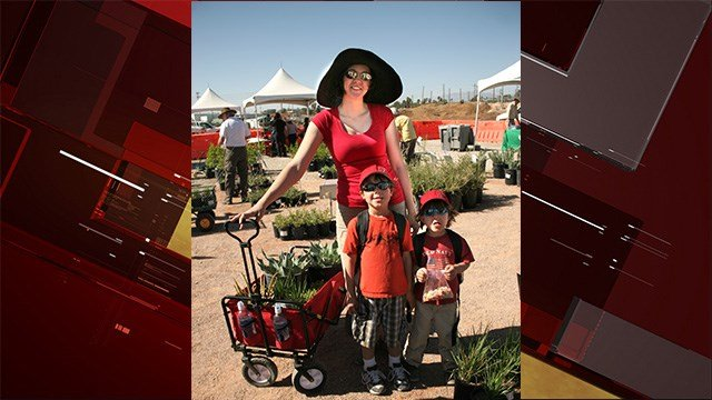 A family poses with plants purchased at the Springs Preserve annual plant sale in 2016 (Springs Preserve).