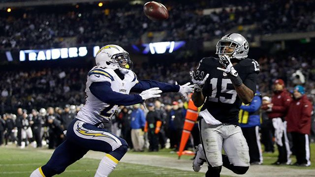 Raiders WR Michael Crabtree catches touchdown pass against Charges on Dec. 24, 2015. (Marcio Jose Sanchez/AP)