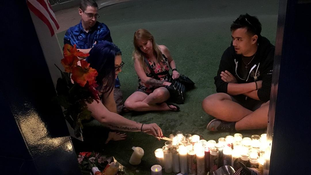 People light candles for the victims of the Strip shooting. (Peter Dawson/FOX5)