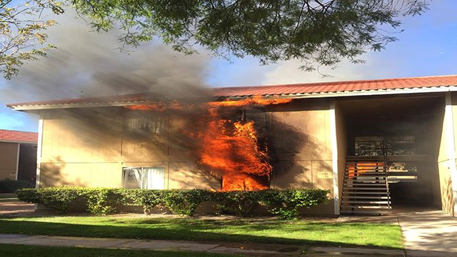 Large plumes of smoke and flames engulfed multiple apartment units in central Las Vegas (Alex Lopez / FOX5).