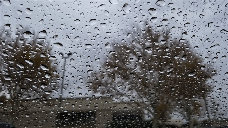 Rain drops cover a window in Henderson. (Brenda Yahm/FOX5)