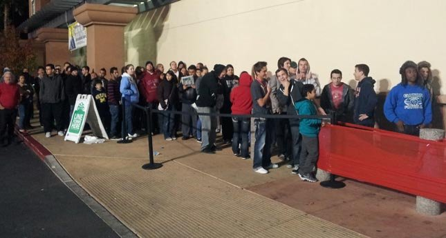 Shoppers waited in the cold last year for Black Friday. (Armando Navarro/FOX5)