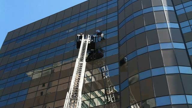 A window washer was reportedly in distress when calls to LVFR were made on Monday. (Las Vegas Fire & Rescue)