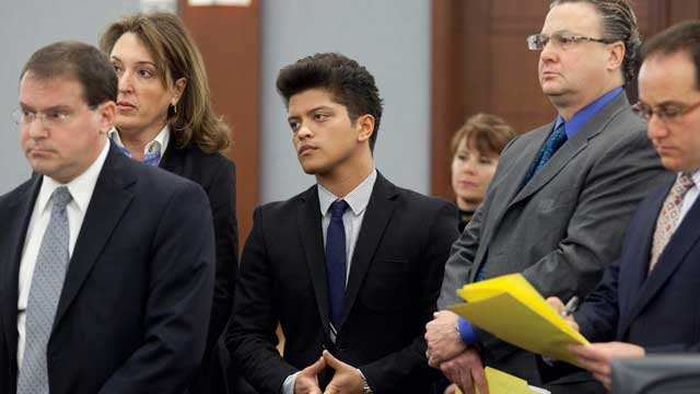 Peter Hernandez, aka Bruno Mars, center, appears in court Feb. 4, 2011, in Las Vegas. Deputy district attorney David Schubert, left, looked on. (AP Photo/Julie Jacobson)