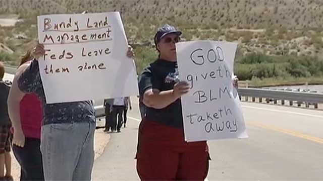 Protesters hold up signs near a ranch in Bunkerville, NV, on April 10, 2014. (FOX5)