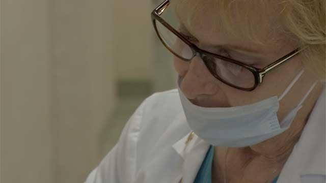 A healthcare worker wears a mask at a Las Vegas-area clinic Jan. 14, 2014. (Tiffany Murphy/FOX5)